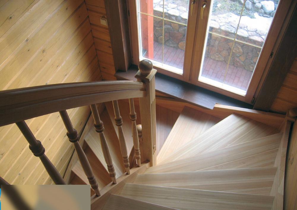 Деревянные лестницы внутри дома